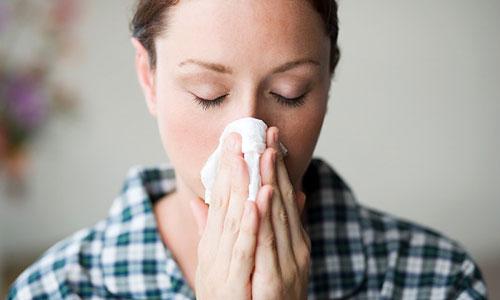 Chảy mũi, nghẹt mũi là dấu hiệu khởi phát của viêm xoang trán và nhiều bệnh hô hấp khác