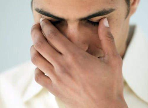 Bệnh nhân viêm xoang trán cũng có thể bị đau gần hốc mắt do vị trí này rất gần với xoang trán