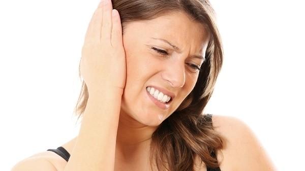 Viêm xoang trán kéo dài có thể gây biến chứng ở tai, thường gặp nhất là biến chứng viêm tai