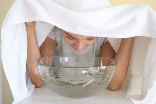 Xông mũi với nước nóng giúp làm loãng dịch mũi