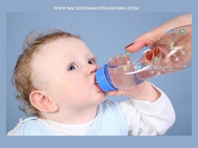 Cho con uống nhiều nước cũng là cách chữa sổ mũi không cần dùng thuốc