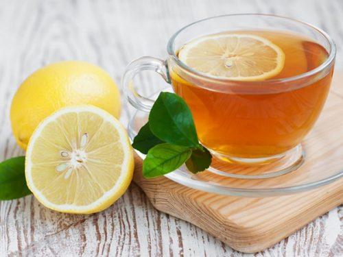 Dùng mật ong với chanh và nước ấm