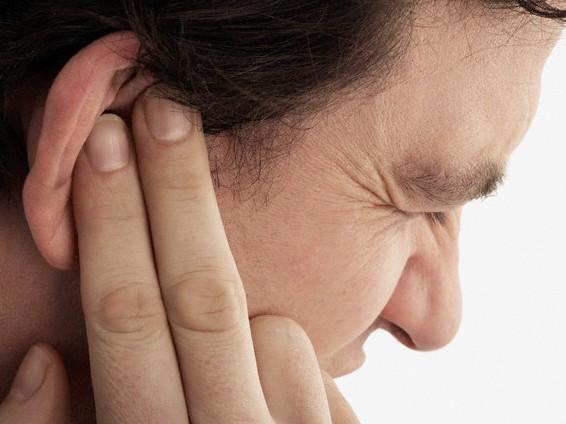 Viêm tai, ù tai,... là triệu chứng phụ ở bệnh nhân viêm xoang do ứ đọng mủ và dịch tiết