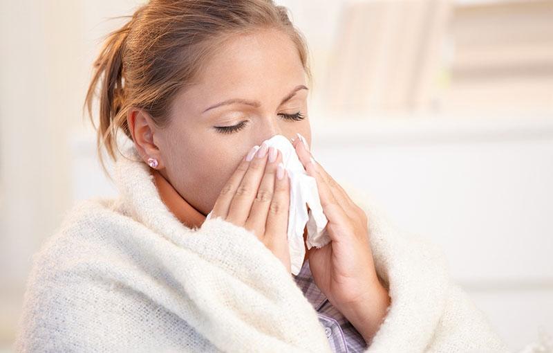 Chảy dịch tiết, sổ mũi, nghẹt mũi rất thường gặp ở bệnh nhân viêm xoang bướm