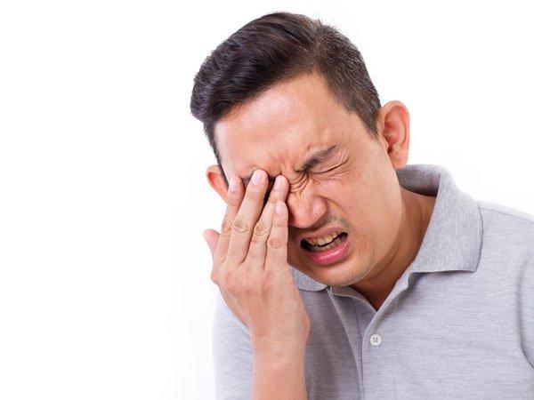 Đau nhức vùng đầu, nặng mặt cũng là một trong những dấu hiệu điển hình của bệnh viêm xoang
