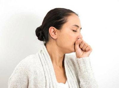 Viêm xoang bướm có thể gây ra các vấn đề tai mũi họng như khó nuốt, vướng họng, có đờm