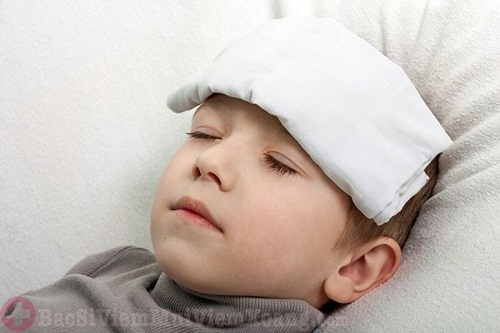 Viêm mũi sốt cao bạn có thể dùng khăn chườm mát cho trẻ