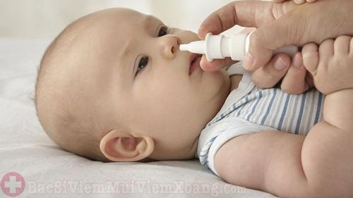 Có nên dùng thuốc xịt mũi cho trẻ sơ sinh?