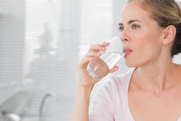 Uống đủ nước tốt cho sức khoẻ và giúp ngăn ngừa viêm mũi dị ứng
