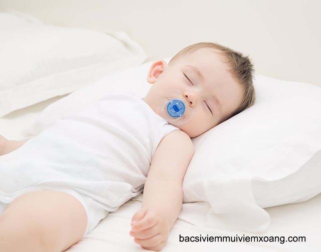 Ngủ gối cao đầu chữa ngạt mũi cho trẻ nhỏ