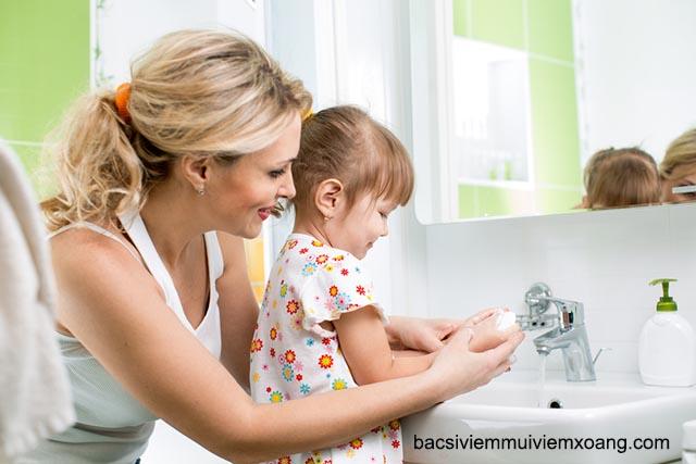 Vệ sinh tay chữa nghẹt mũi ở trẻ nhỏ