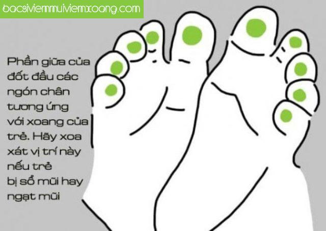 Massage chân là cách giúp bé bị viêm mũi họng cải thiện bệnh hiệu quả