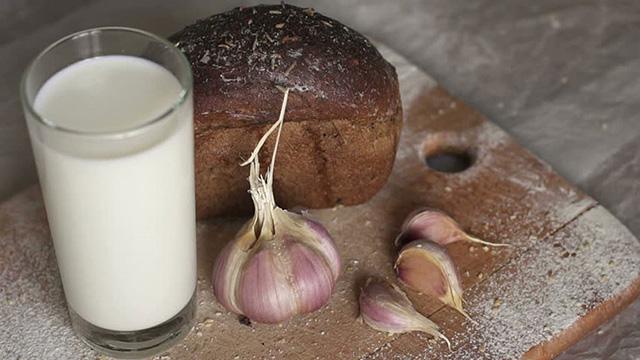 Uống  hỗn hợp sữa và tỏi để làm giảm triệu chứng bệnh viêm họng