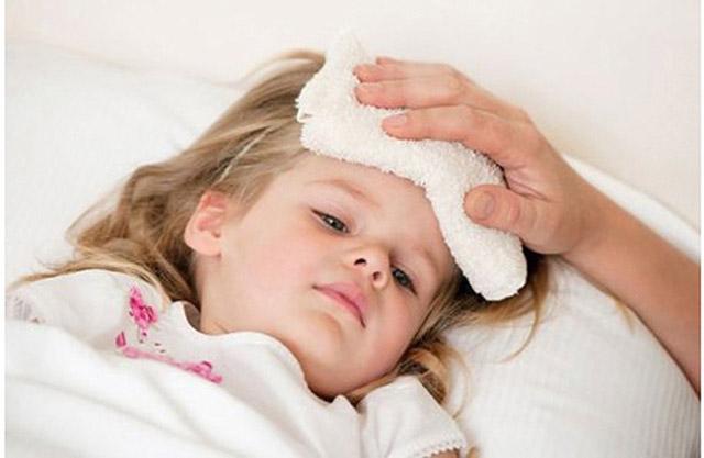 Trẻ bị viêm họng sốt cao liên tục