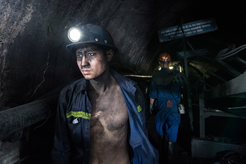 Làm việc trong hầm lò luôn phải tiếp xúc với bụi than