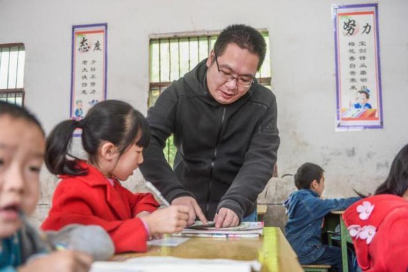 Anh Hùng cùng học sinh vùng cao