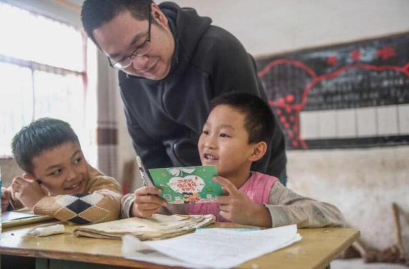 Anh Trần Mạnh Hùng cùng học sinh vùng cao