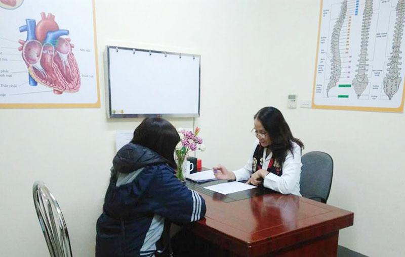Bác sĩ Lê Phương trực tiếp khám và kiểm tra sức khỏe