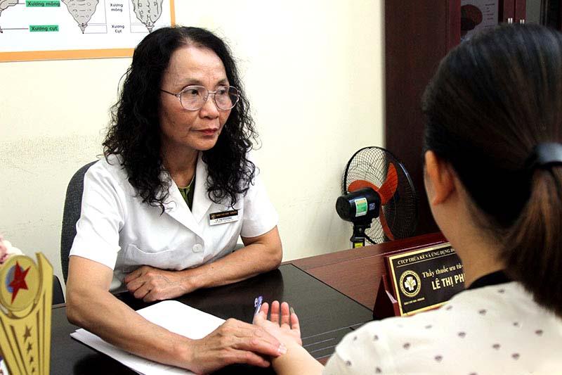 Bác sĩ Lê Phương khám bệnh