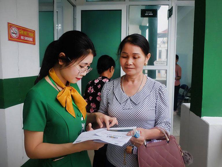 Bệnh nhân Hùng ấn tượng với thái độ tiếp đón, hỗ trợ của nhân viên Bệnh viện Tai Mũi Họng Quân Dân 102
