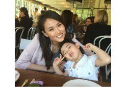 Chị Lan cùng bé Tuấn Anh sau khi điều trị tại Trung tâm Đông y Việt Nam