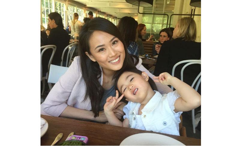 Chị Lan cùng bé Trang Anh sau khi điều trị tại Trung tâm Đông y Việt Nam