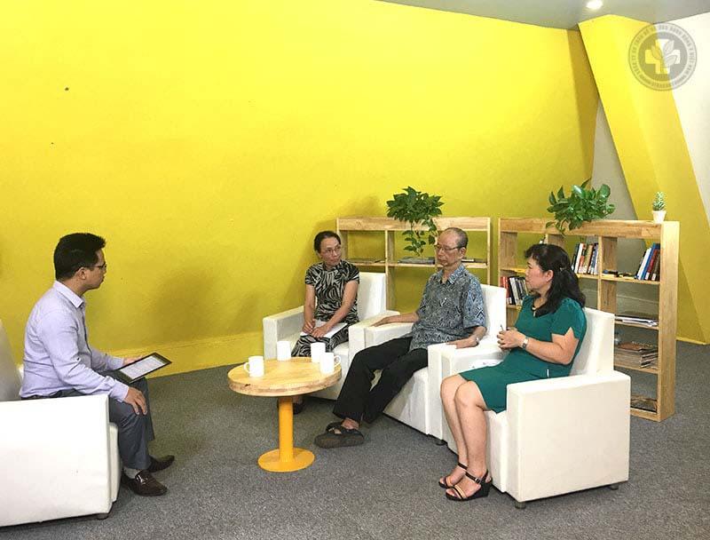 PGS.TS Nguyễn Nhược Kim và bác sĩ Lê Phương tham gia buổi tọa đàm